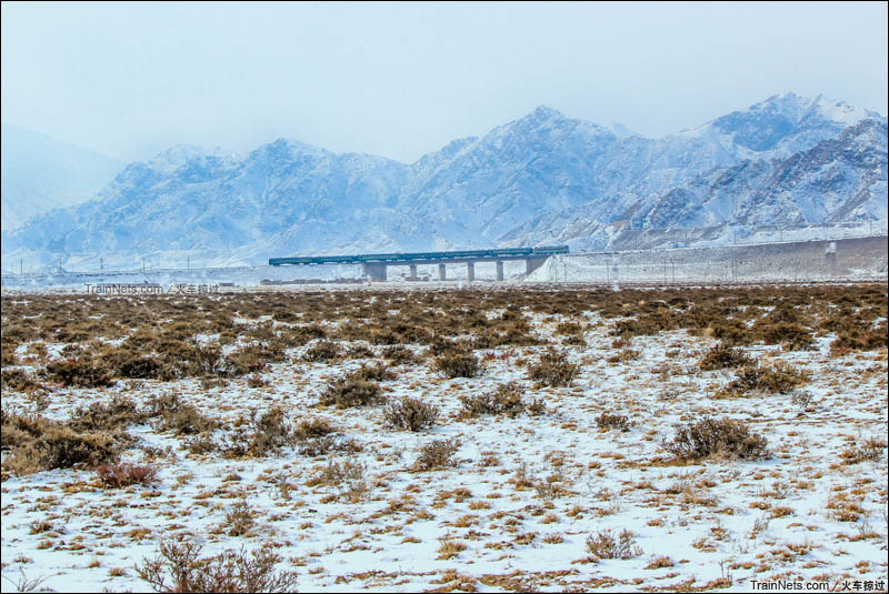 2014年2月。平汝线。贺兰山深处的宁蒙交界处,柳树沟展线,千分之20坡道上的SS3小票车。(图/火车掠过)