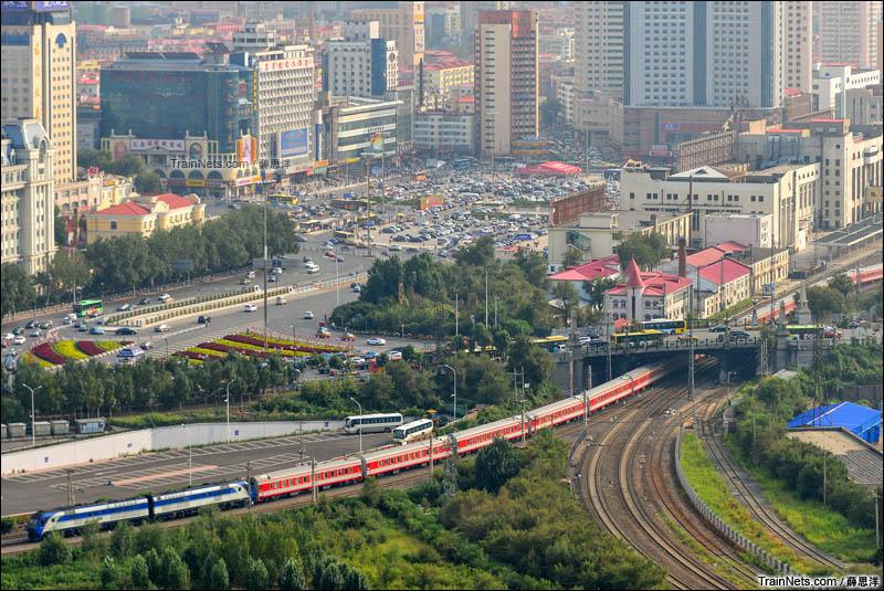 2014年8月。猪头牵引的K39次驶出哈尔滨站,从霁虹桥下通过去往滨江下行方向。彼时滨州铁路桥封闭施工,K39次绕行东江桥和江北联络线回到滨洲线运行。(图/薛思洋)