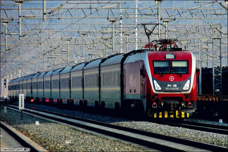 2016年2月1日。青藏线。青藏宁段HXD1D-0338牵引T23次(成都-拉萨)通过青藏铁路双寨站。(图/猴73)