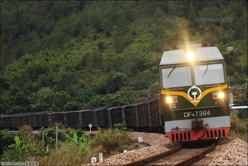 """2015年12月6日下午。漳龙线。被车迷们称为""""龙川逼""""的DF4B-7364号牵引44502次前往松口站。(图/后知后觉)"""