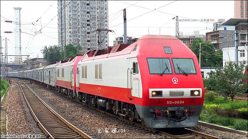 2016年5月26日。广铁SS9G附挂京段SS9G牵引X103次进入郑州站。(图/火车迷101)