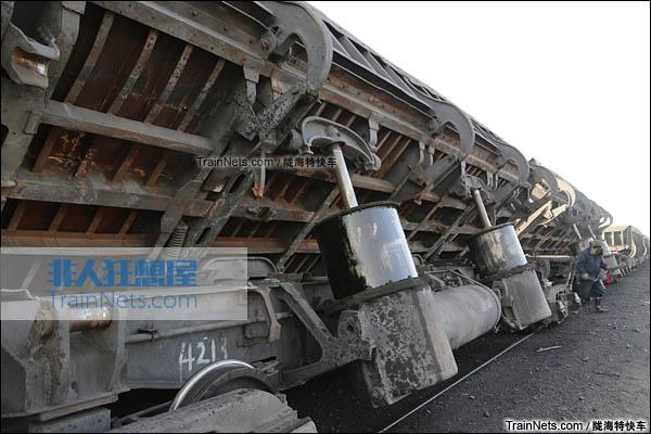 2016年2月。新疆三道岭矿。KF60型自翻车,翻转位。(图/陇海特快车)