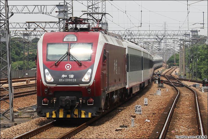 2014年8月12日。广深线。南局南段HXD1D-0028牵引Z383次(广州东-长春)通过。(图/凌志九号)