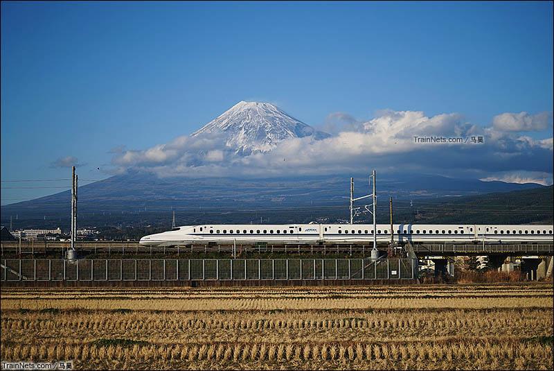 2015年12月31日。日本。新干线列车在富士山下开过。(图/马昊)