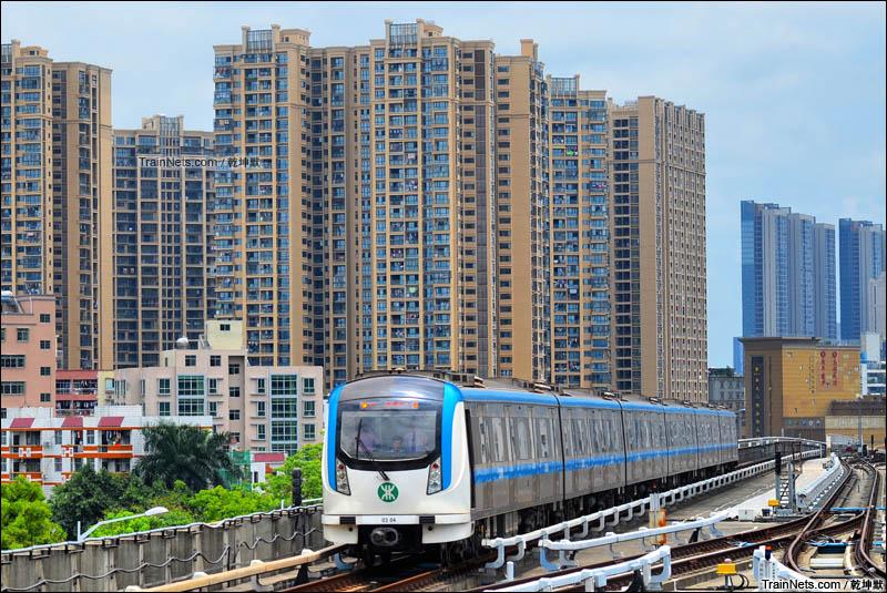 2016年5月。深圳地铁3号线爱联站接近,往益田方向。(图/乾坤默)