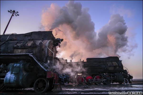 新疆哈密,三道岭露天矿。东剥离站的早晨。(图/西直门折返段)
