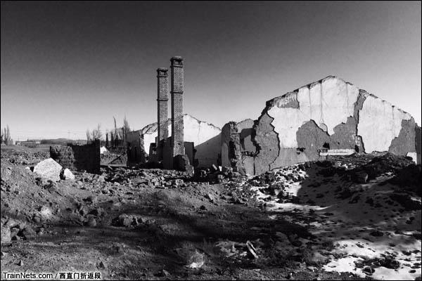 新疆哈密,三道岭露天矿。南泉,废弃的房屋。(图/西直门折返段)