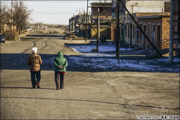 新疆哈密,三道岭矿区。南泉生活区,午后在南泉主干道上散步的老人。(图/西直门折返段)