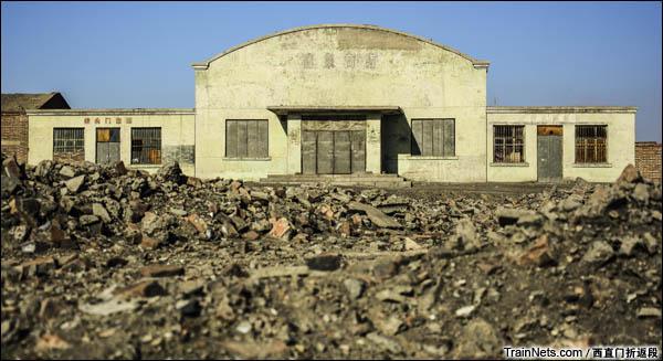 新疆哈密,三道岭露天矿。南泉,废弃的商场(图/西直门折返段)