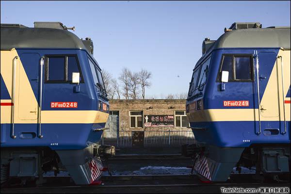 新疆哈密,三道岭露天矿。潞新公司的DF8B机车。(图/西直门折返段)