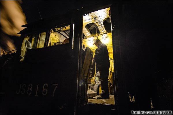 新疆哈密,三道岭露天矿。南泉站。夜晚,准备交班的大车。(图/西直门折返段)