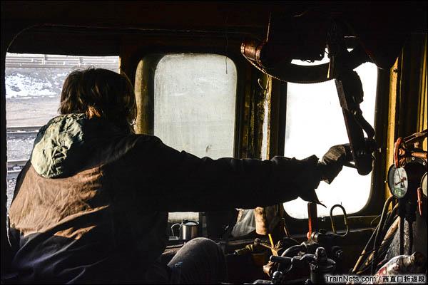 新疆哈密,三道岭露天矿。南泉站。正在工作的大车。(图/西直门折返段)