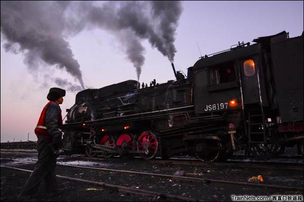 新疆哈密,三道岭露天矿。南泉站。(图/西直门折返段)