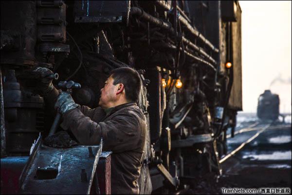 新疆哈密,三道岭露天矿。八二站前的等待点,大车正在检查机车情况。(图/西直门折返段)