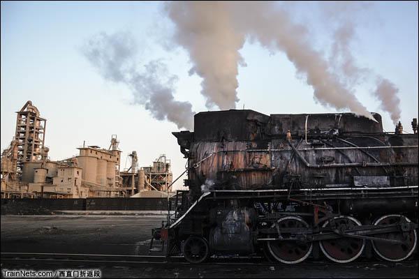 新疆哈密,三道岭露天矿。蒸汽的背后是水泥厂,水泥厂的效益和产能同样不佳。(图/西直门折返段)