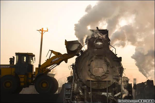 新疆哈密,三道岭露天矿。南站,挖掘机正在为蒸汽机车装煤。(图/西直门折返段)