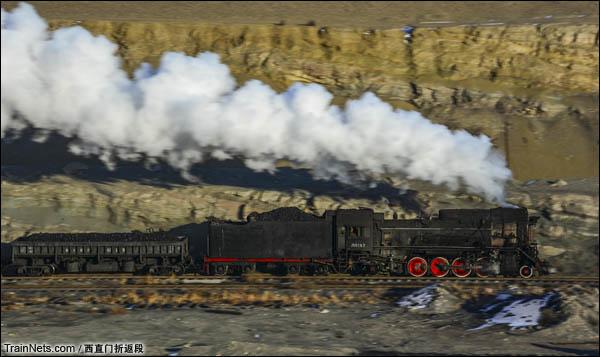 新疆哈密,三道岭露天矿。正在坑里工作的蒸汽机车。(图/西直门折返段)