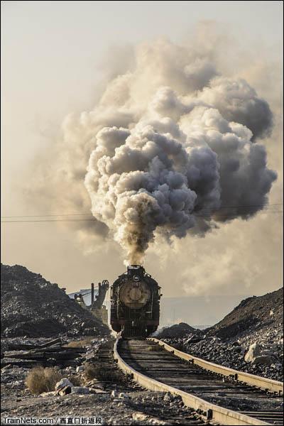 新疆哈密,三道岭露天矿。蒸爷牵引矿车离开矿坑。(图/西直门折返段)