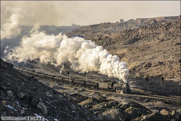 新疆哈密,三道岭露天矿。蒸爷牵引矿车离开八二站。(图/西直门折返段)