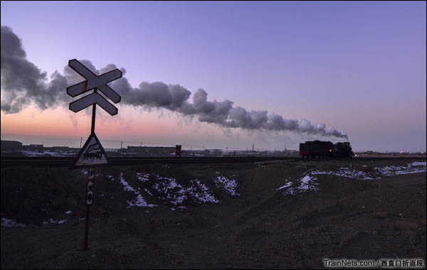 新疆哈密,三道岭露天矿。晨景道口。(图/西直门折返段)