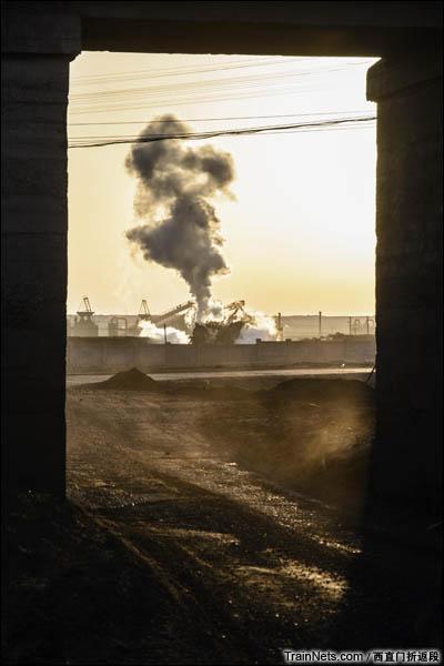 新疆哈密,三道岭矿区。傍晚,在机修厂作业的8197即将返回东剥离。桥洞是从南部生产区去往三道岭镇上的必经之路。(图/西直门折返段)