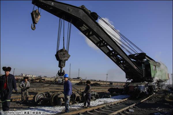 """新疆哈密,三道岭露天矿。仍在使用的""""老古董""""蒸汽吊车,现在主要用于拆解货车。(图/西直门折返段)"""