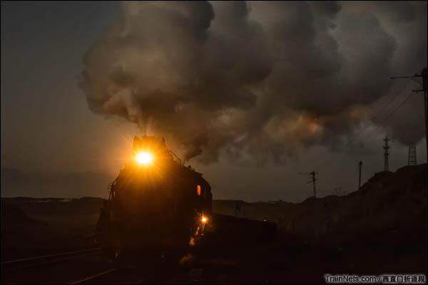 新疆哈密,三道岭露天矿。正在开回东剥离站的蒸汽。(图/西直门折返段)
