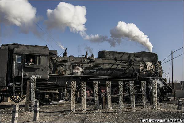 新疆哈密,三道岭矿区。南泉生活区,前往选煤厂的蒸汽机车穿过南泉道口,蒸汽的轰鸣打破了南泉的寂静。道口一侧是南泉曾经的主干道,另一侧是废墟。(图/西直门折返段)