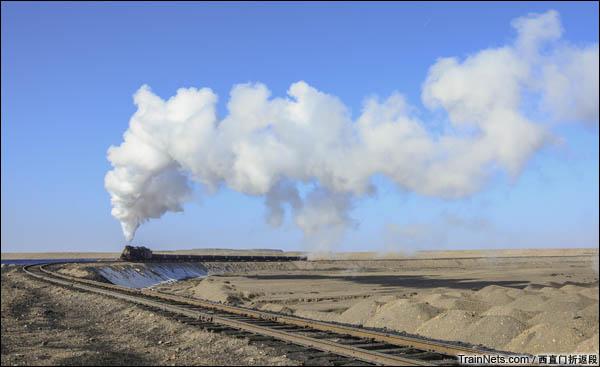新疆哈密,三道岭露天矿。天山山脉下的蒸汽机车。(图/西直门折返段)