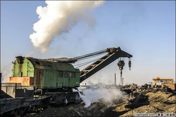 """新疆哈密,三道岭露天矿。仍在使用的""""老古董""""蒸汽吊车。(图/西直门折返段)"""