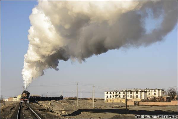 新疆哈密,三道岭露天矿。开过南泉的蒸汽机车。(图/西直门折返段)