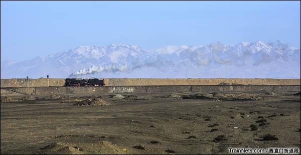 新疆哈密,三道岭露天矿。东剥离站西咽喉,建设8197前往机修厂牵引蒸汽吊车作业。(图/西直门折返段)