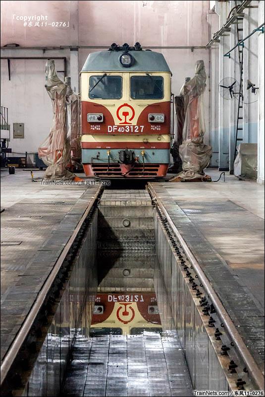2016年4月3日。南昌铁路局向塘机务段赣州东运用车间检修库内待检修的DF4DK。(图/东风11-0276)
