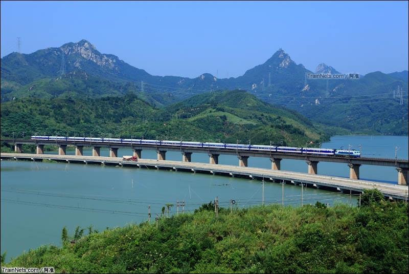 2013年9月27日。京广线。T253次通过广东清远鸡坑特大桥。(图/阿准)