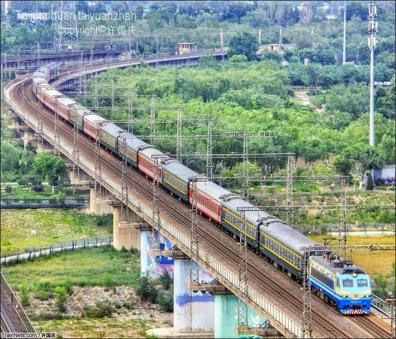 2016年6月。京汉快速K261次(北京西-汉中)通过西长联络线鹰山一号隧道。(图/许国庆)
