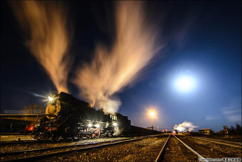 2016年1月。新疆哈密三道岭煤矿,东剥离站。夜晚站场上等待换班的蒸汽机车。极寒的天气下蒸汽焕发出了夺目的色彩。 (图/西直门折返段)