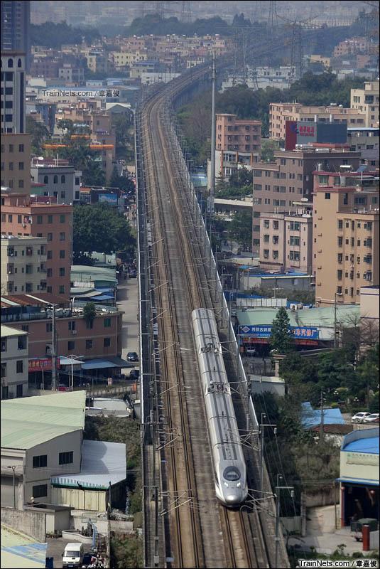 2016年3月26日。武广高铁。广州市浔峰山公园。一列CRH380A列车即将通过浔峰山公园隧道。(图/章嘉俊)