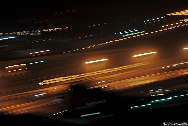2013年4月22日。哈大高铁。铁岭西-沈阳北。380B穿越灯火通明的柳条湖即将到达沈阳北站。(图/赵飞)