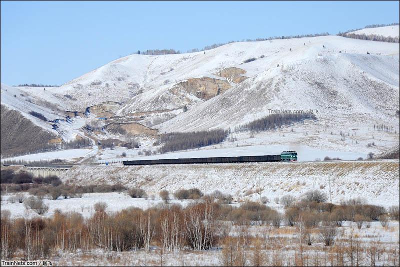 2015年2月24日。伊阿线。杜拉尔-阿尔山北。哈局的西瓜牵引重车煤列穿越大兴安岭余脉。(图/赵飞)