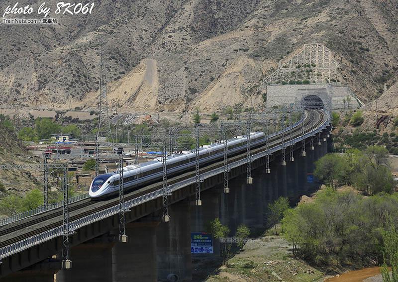 逢山开路遇水架桥,经过改造的兰青铁路为动车提供了良好的运行条件。