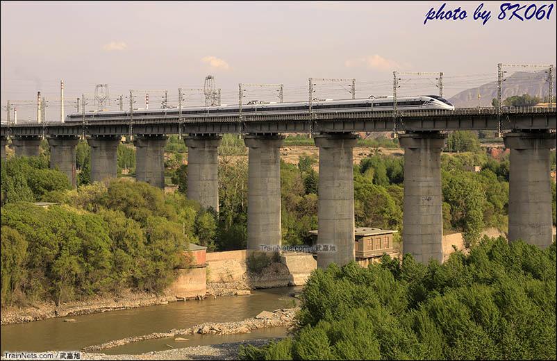 由西宁开往兰州的动车组通过大通河特大桥进入甘肃省。