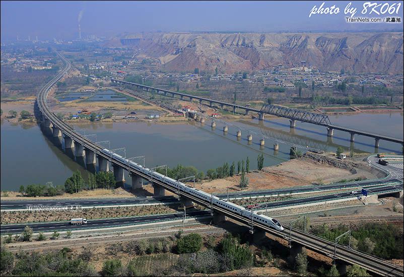 在小茨沟附近的山顶上可以俯瞰动车通过黄河大桥的场景。