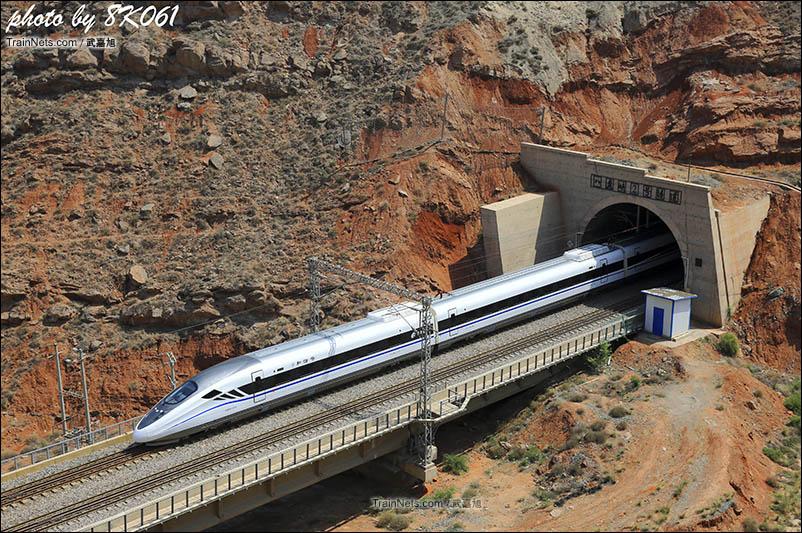 西宁开来的动车跨过黄河后进入八盘峡,开始穿行在峡谷的隧道之间。