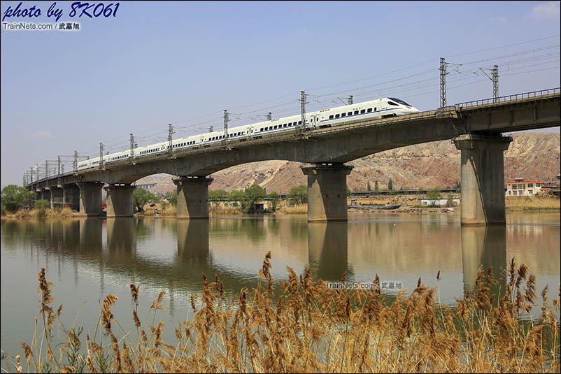黄河畔看动车通过兰青铁路黄河特大桥。
