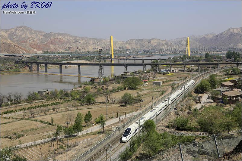 行驶在兰青线上的动车与既有兰新线分离,即将穿过青石关隧道进入八盘峡。