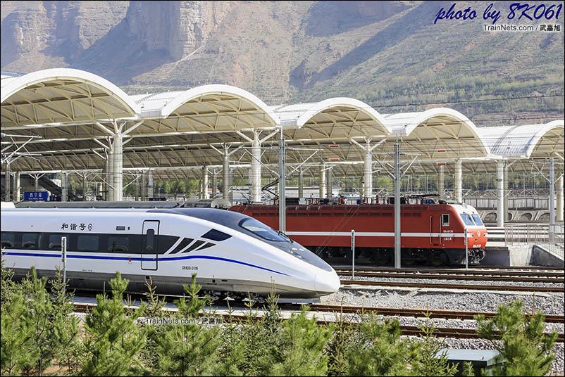 西宁普速场的待发的普速列车和出站的动车组,因西宁站站场的设置,在兰新二线复通后可能就很少见了。