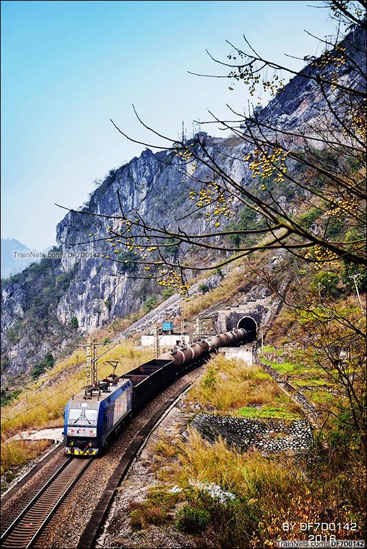 2016年2月。HXD1C牵引货列运行在南昆线沙厂坪至石头寨区间。(图/DF7D0142)