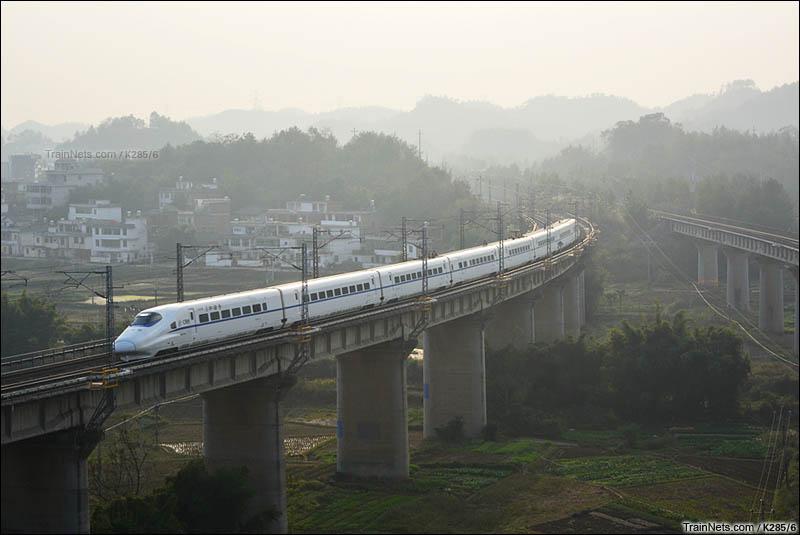 2016年1月1日,清晨,新开的赣瑞龙动车经京九线通过赣县茅店镇附近。(图/K285/6)