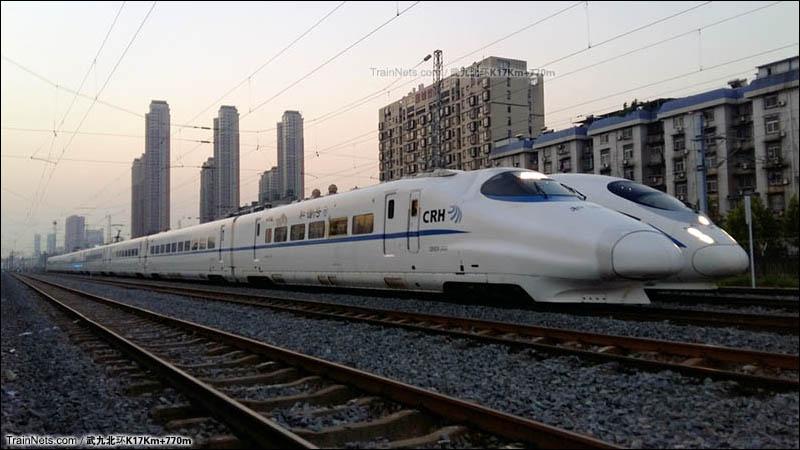 2016年7月27日。N028站I场存车线,出库的武局CRH2A担当的C5001次和等待信号的京局担当的G520次。