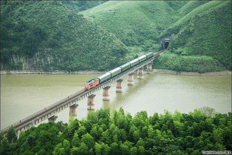 2016年6月18日。湖南,怀化靖州县。绿皮小票通过焦柳铁路靖州-八家旺区间。(图/阿文)